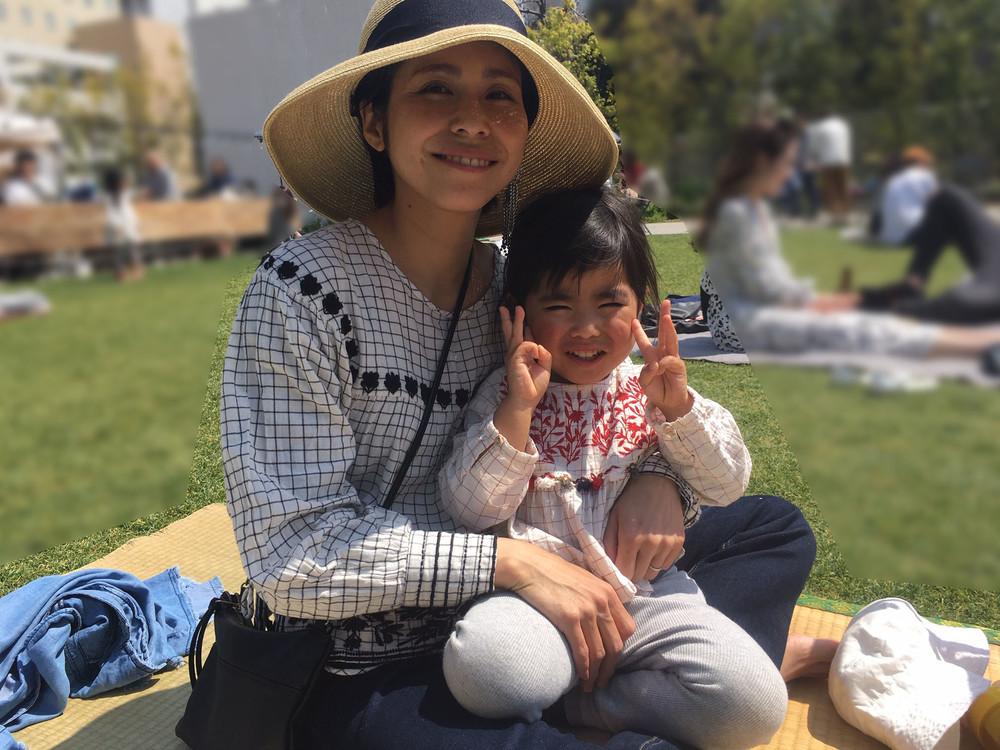 真菜さんと莉子ちゃん。4月6日のピクニックで松永さんが南池袋公園で撮影した。(遺族提供、編集部一部加工)
