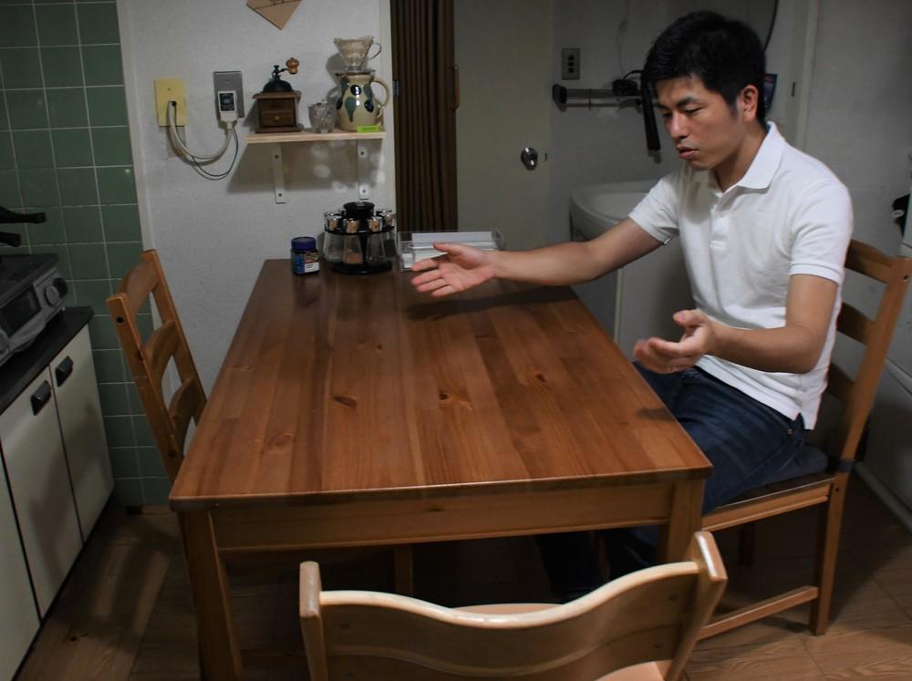 ほぼ毎回、食事の時に3人で手をつないだ。(2019年8月30日編集部撮影)