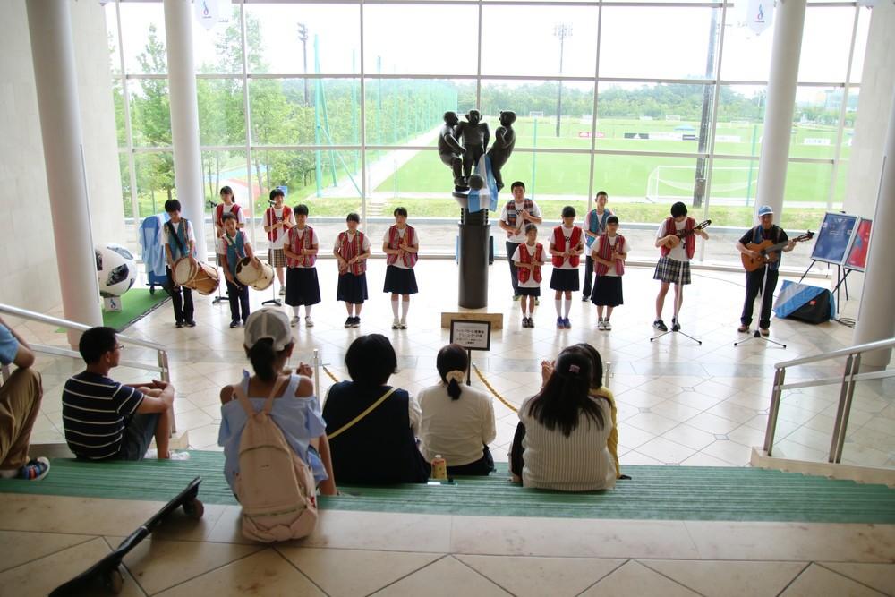 福島県川俣村では小学4年生になると「ケーナ」を配布する(Jヴィレッジで演奏する子どもたちのグループ「川俣・デ・アミーゴ」)