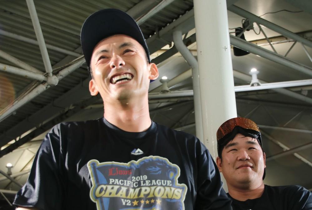 締めの挨拶に笑いが起こる。左から栗山巧外野手、中村剛也内野手