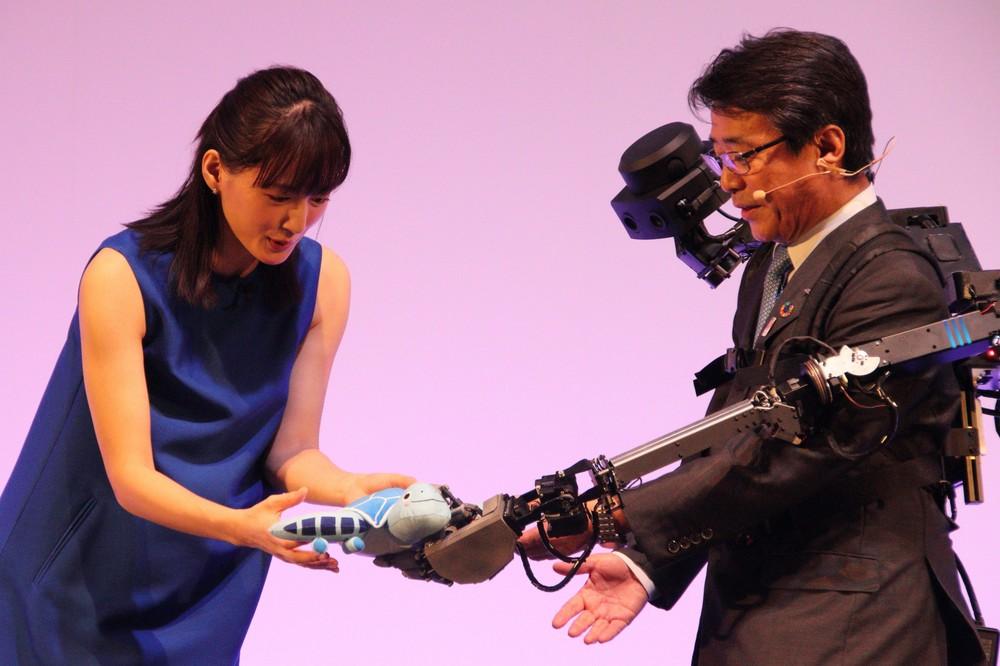 綾瀬はるか、最先端ロボットに興味津々 「アバター」との触れ合いに「面白い体験でした」
