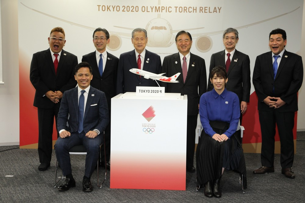 野村忠宏さん(前列左)と吉田沙保里さん(同右)が、聖火が入ったランタンを持って特別機を降りることになっている
