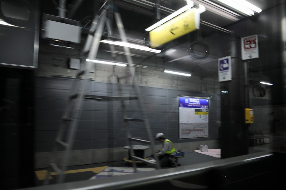 羽沢横浜国大駅では相鉄のJRの運転士が交代する。新設区間の多くがトンネルだ