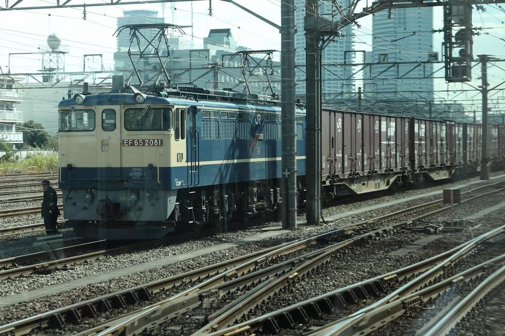 多くの貨物列車を横目に都心に向かう