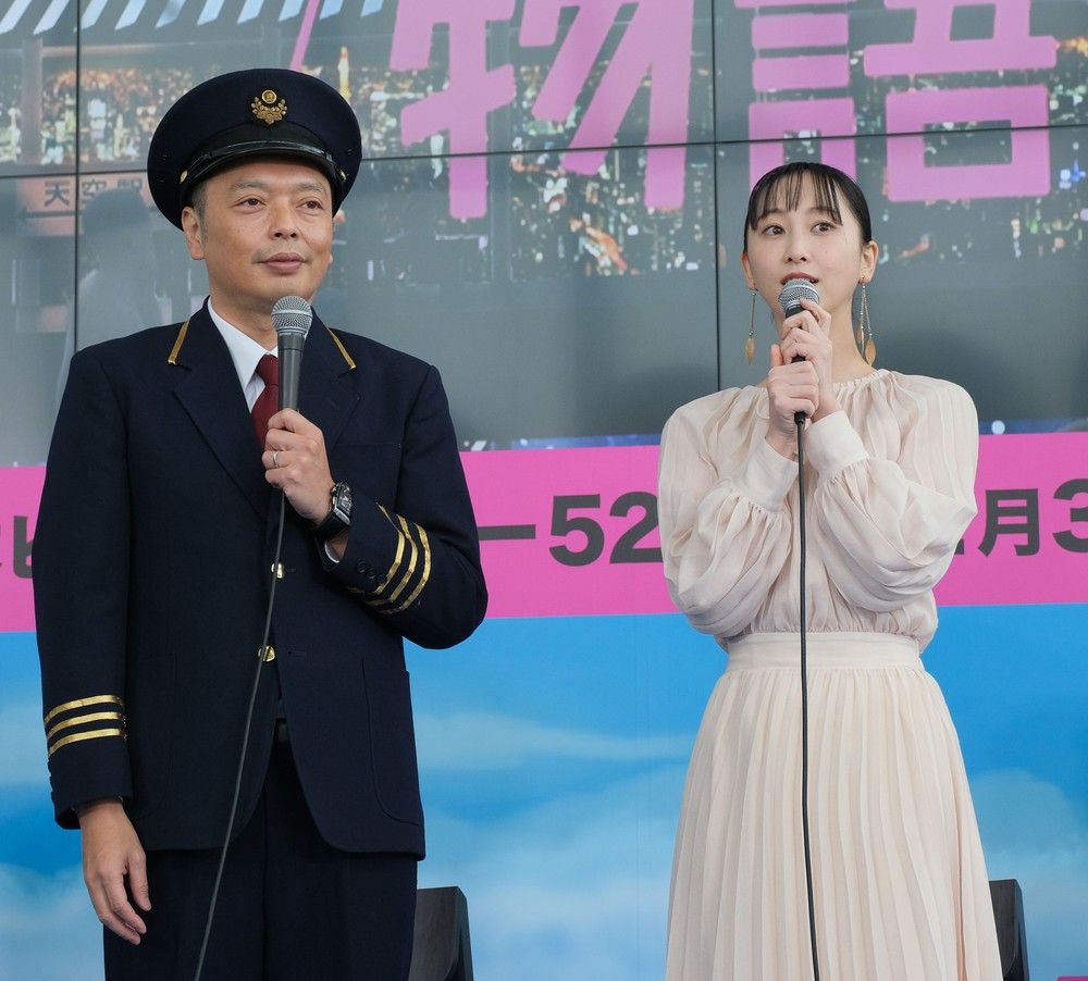 「天空ノ鉄道物語」アンバサダーの中川家礼二さん(左)と松井玲奈さん(右)