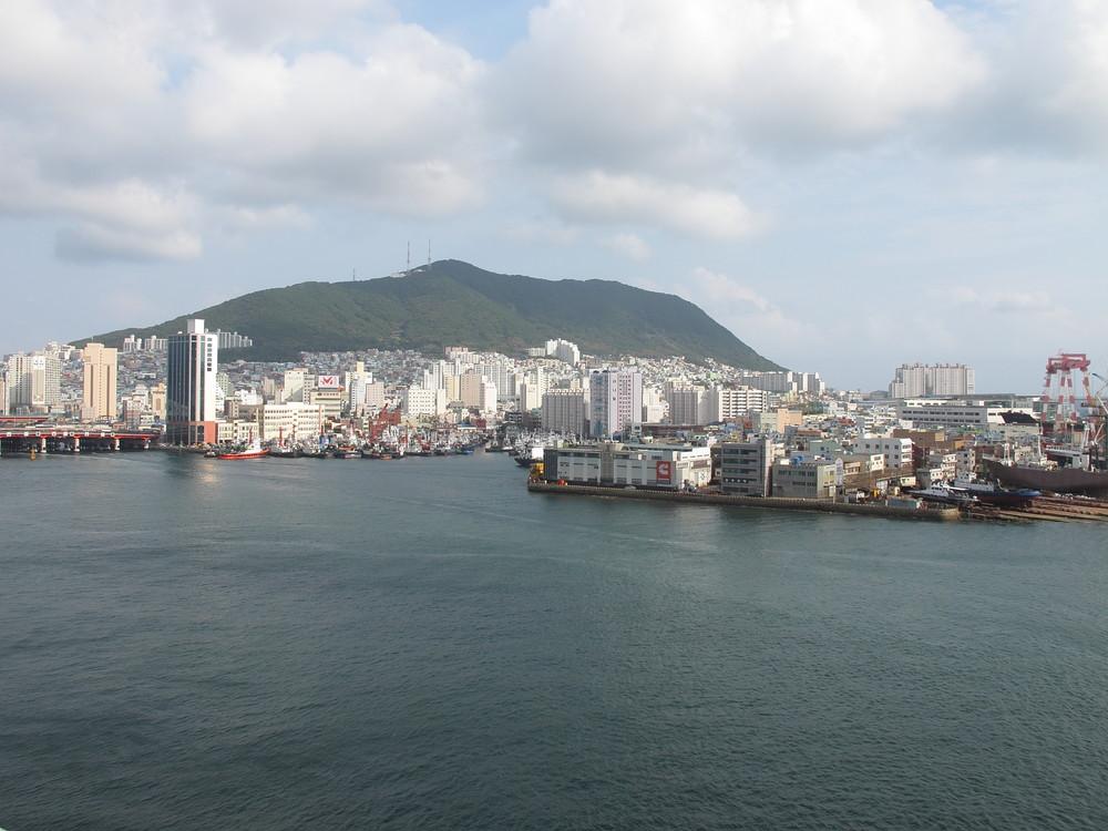 日本人観光客よ、「釜山港に帰れ」 10月の観光客「3割減」で地元に衝撃