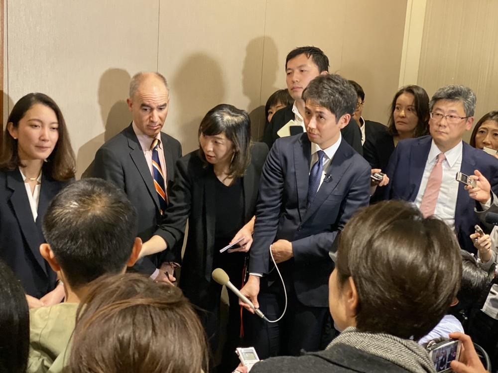 囲み取材に応じた伊藤詩織氏(一番左)と、質問した小川榮太郎氏(一番右)