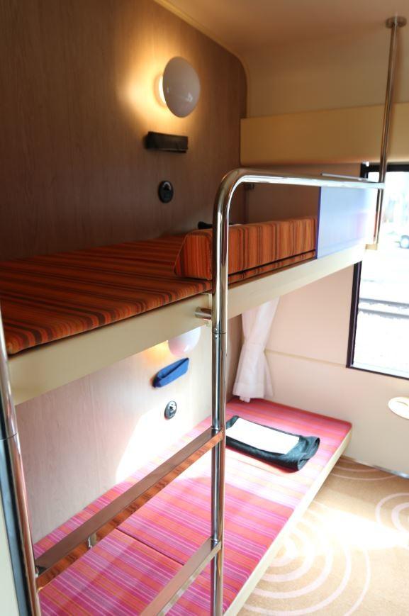 「B寝台」のように横になれる簡易寝台「クシェット」