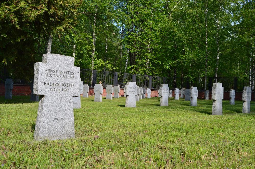 モスクワ・リュブリノ墓地にある、ドイツ兵らの墓標(Bloomaroundさん撮影、Wikimedia Commonsより)