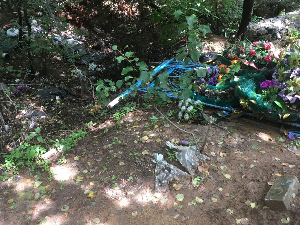 2019年8月時点の筆者の父の埋葬地。いまだに「ゴミ捨て場」のままだった