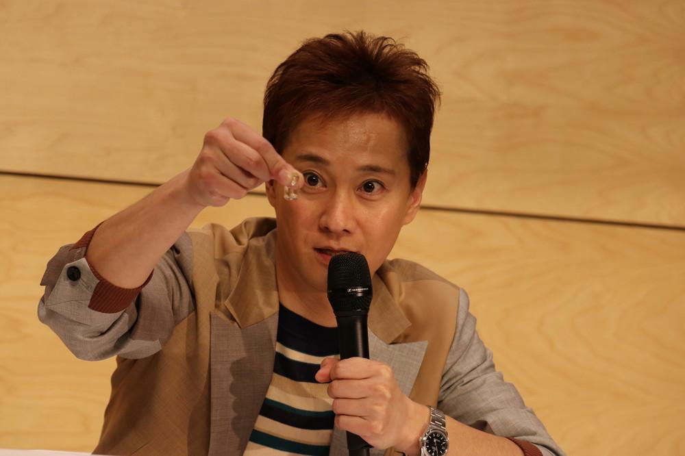 ジャニー喜多川さんの遺骨を携えて会見に臨んだ中居正広さん