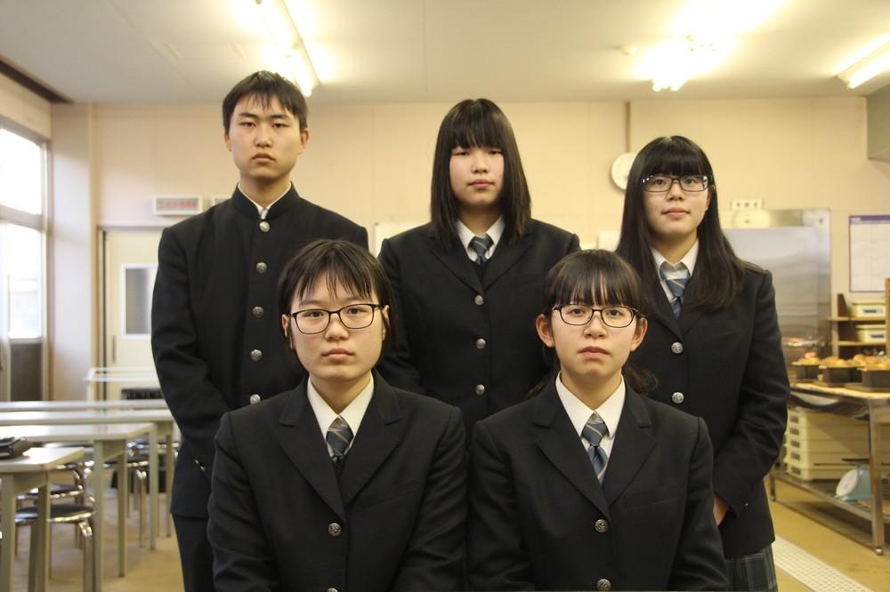 江畑暁月さん、藤澤朱莉さん、西原朱莉さん(後列左から)と、伹野桃花さん(前列左)と蒔田愛さん(同右)