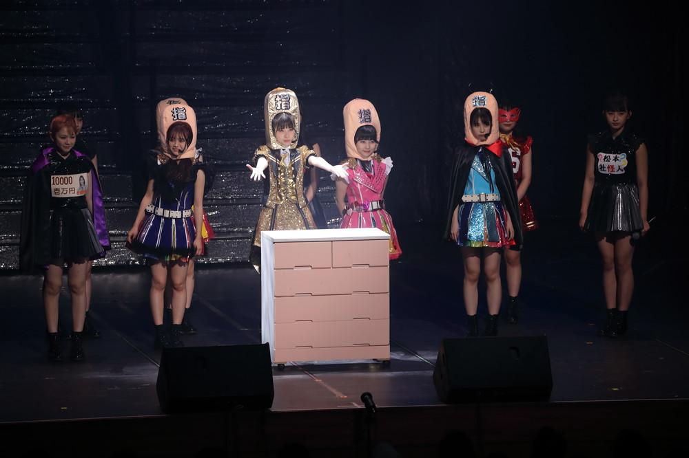 コンサートツアーの寸劇は、支配人(指原さん)がタンスに閉じ込められているという設定で進んだ(2019年10月撮影)