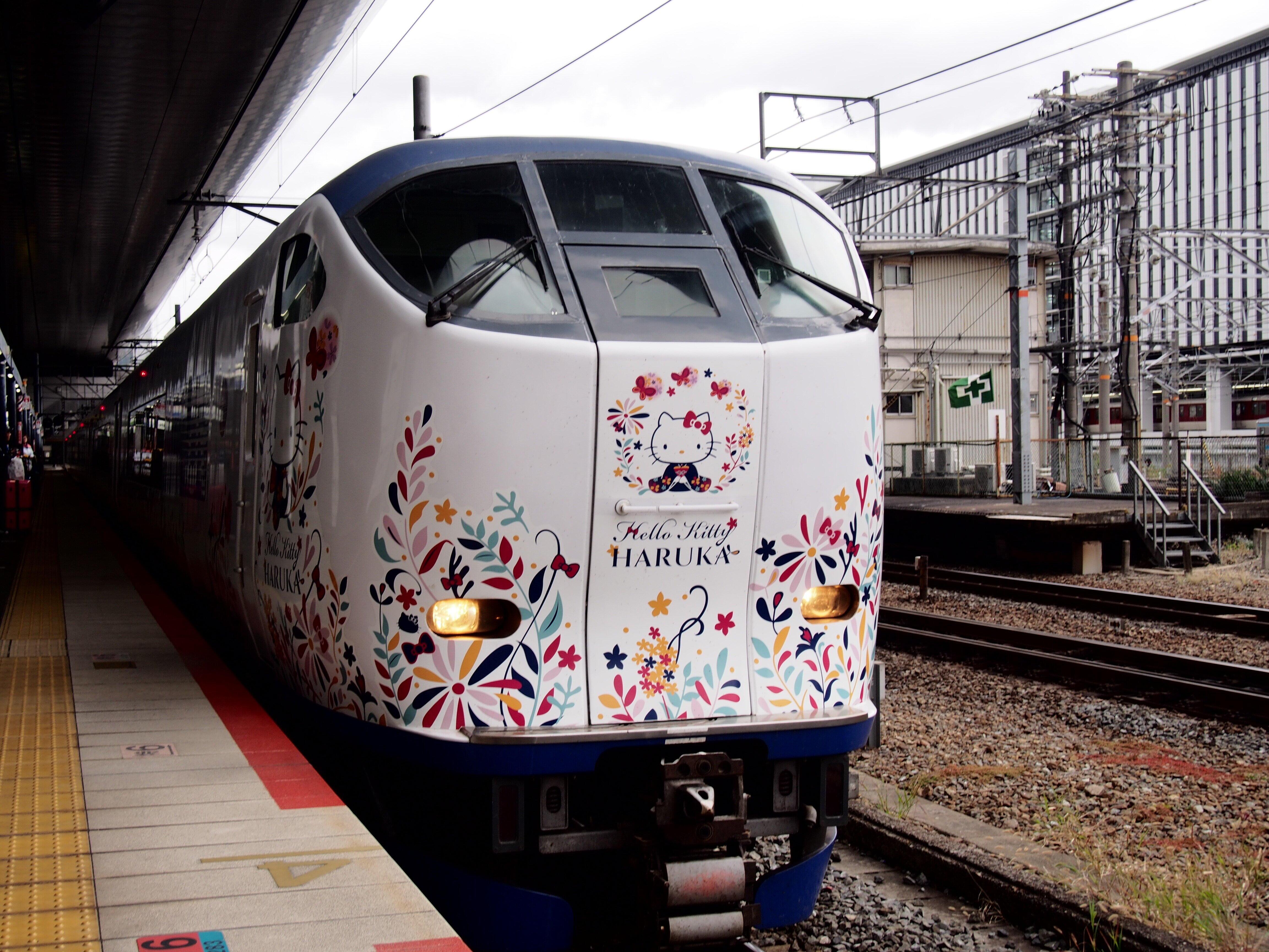 京都駅で発車を待つ特急「はるか」