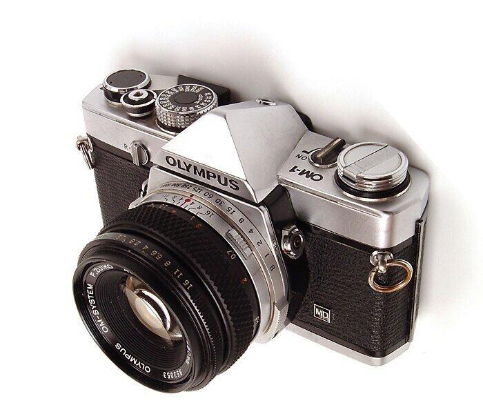 オリンパスの「OM-1」。1972年の発売とともに大きな反響を呼んだ(Morvenさん撮影・ChibaRagiさん編集、Wikimedia Commonsより)