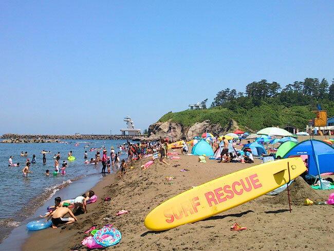 新潟県柏崎市の鯨波海水浴場。地元の観光・宿泊業者は「Go To」キャンペーンによる観光客増に期待しているという(小竹屋提供)