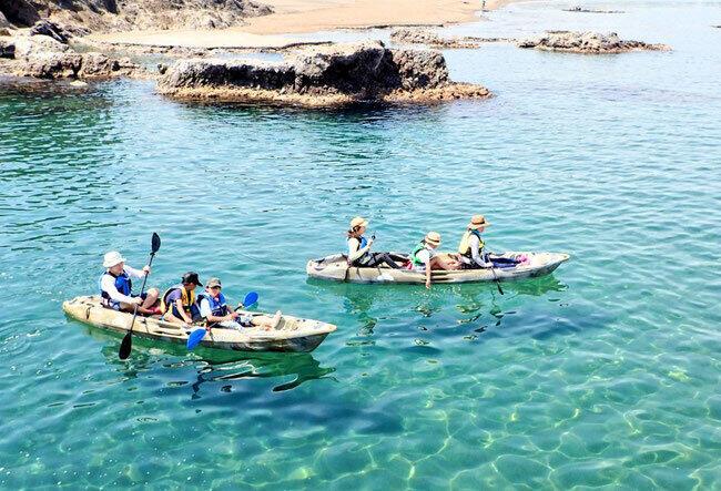 新潟県柏崎市の鯨波海水浴場では、シーカヤック目当ての観光客で例年にぎわう(小竹屋提供)