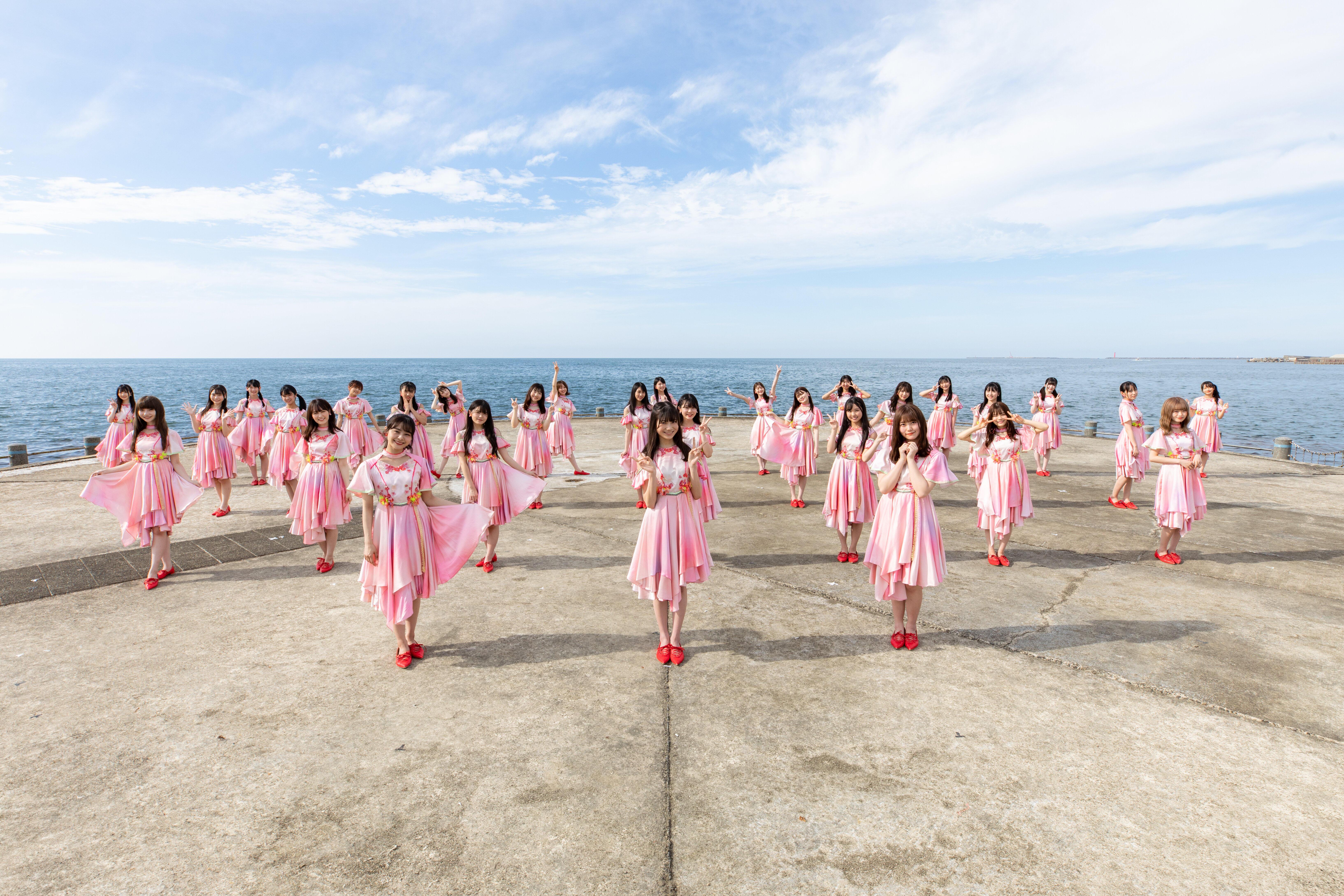新曲「シャーベットピンク」のミュージックビデオは「新潟西海岸突堤」で撮影された。メンバーの間隔を2メートル開けて撮影に臨んだ(c)Flora
