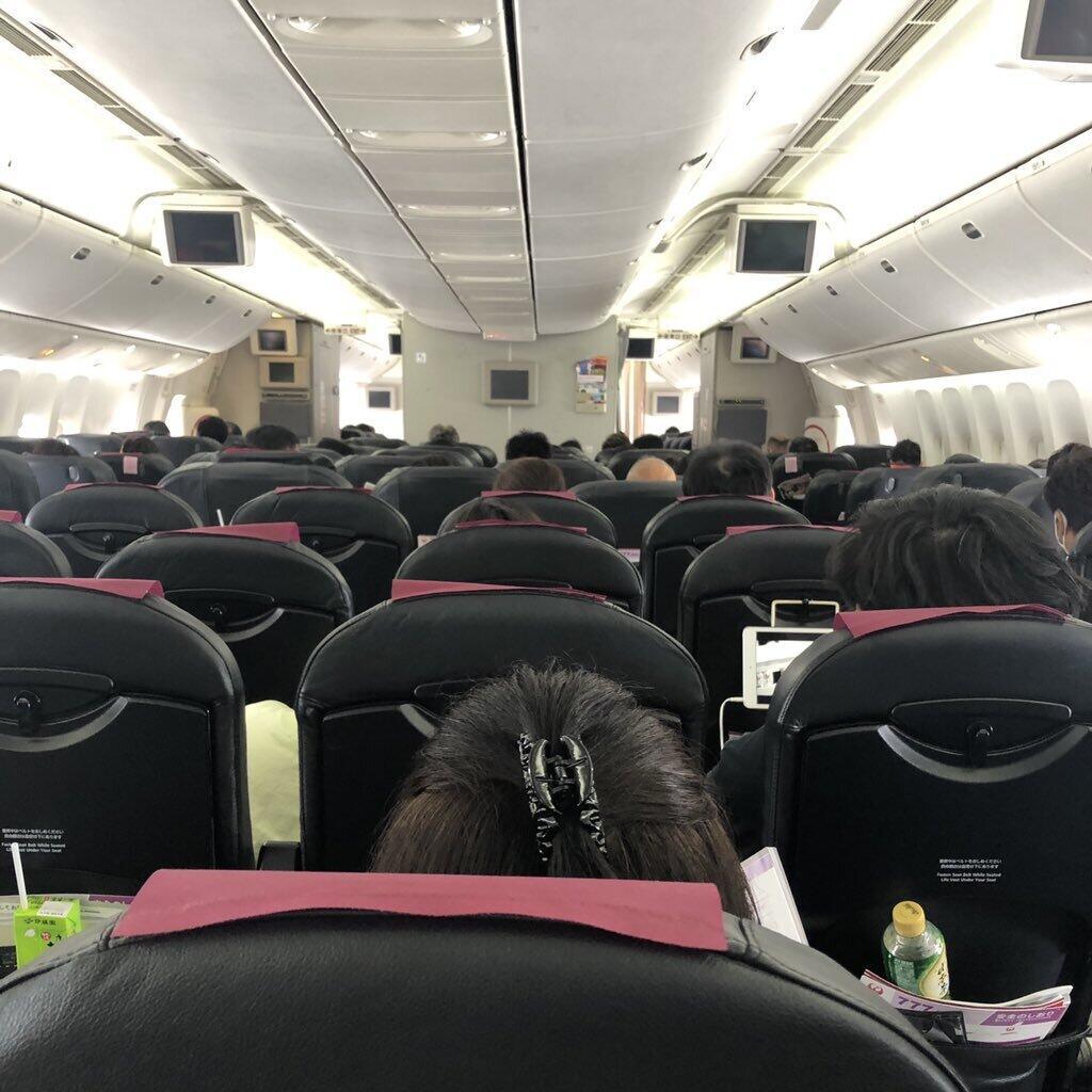 7月上旬に羽田―那覇を往復した旅行者が撮った機内の様子。中央席はほぼ埋まり、周囲は満席に近かったという(旅行者提供)
