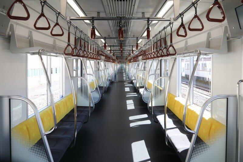 内装面でも、座席をはじめとする車内空間を有楽町線・副都心線の色彩(ゴールド・ブラウン)に同調させ、スタイリッシュなデザインを強調した。