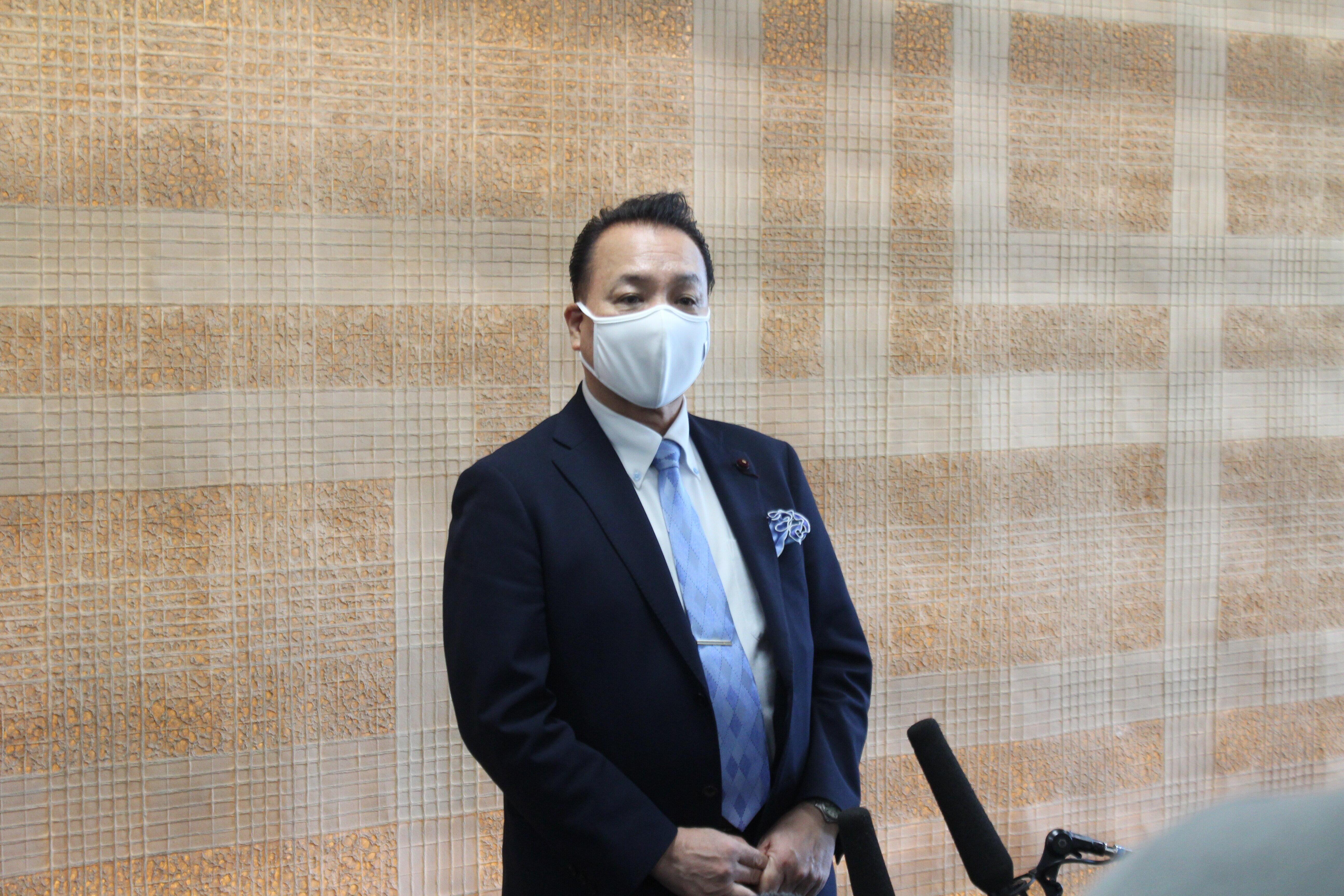 記者団の取材に応じる千代田区議会の小林孝也議長(8月12日午後)