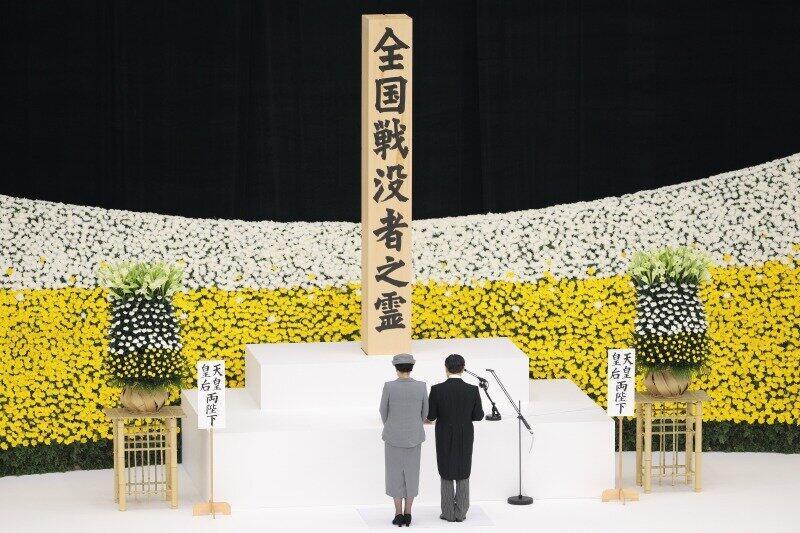 全国戦没者追悼式で「おことば」を述べる天皇陛下(写真右)