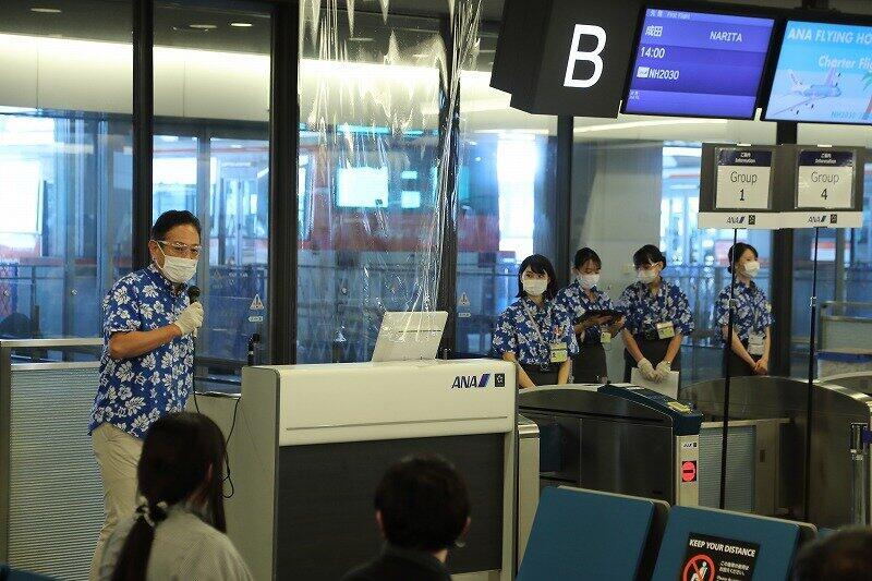 地上係員らはアロハシャツ姿で乗客を見送った