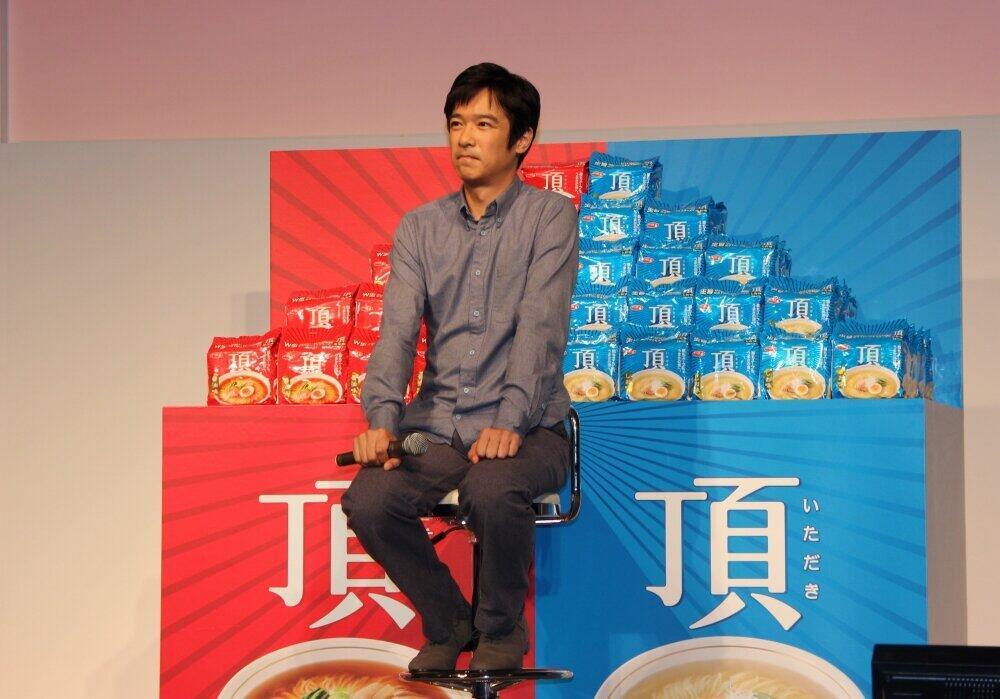2013年のイベントで。よく見ると、堺さんの座り方はこのときも…!(J-CASTニュース編集部撮影)