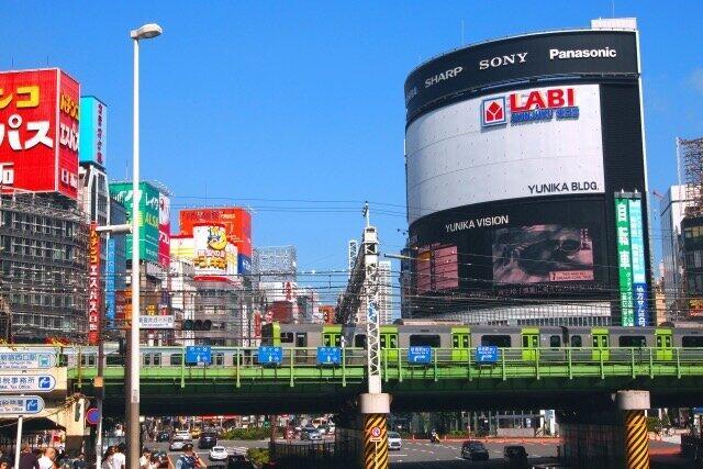 新宿東口「名物」大型3面ビジョンどうなる? 同ビルのヤマダ電機10月閉店で...運営会社に聞いた