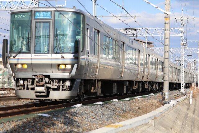 半世紀でJR西日本の看板列車に成長した新快速(画像は223系)