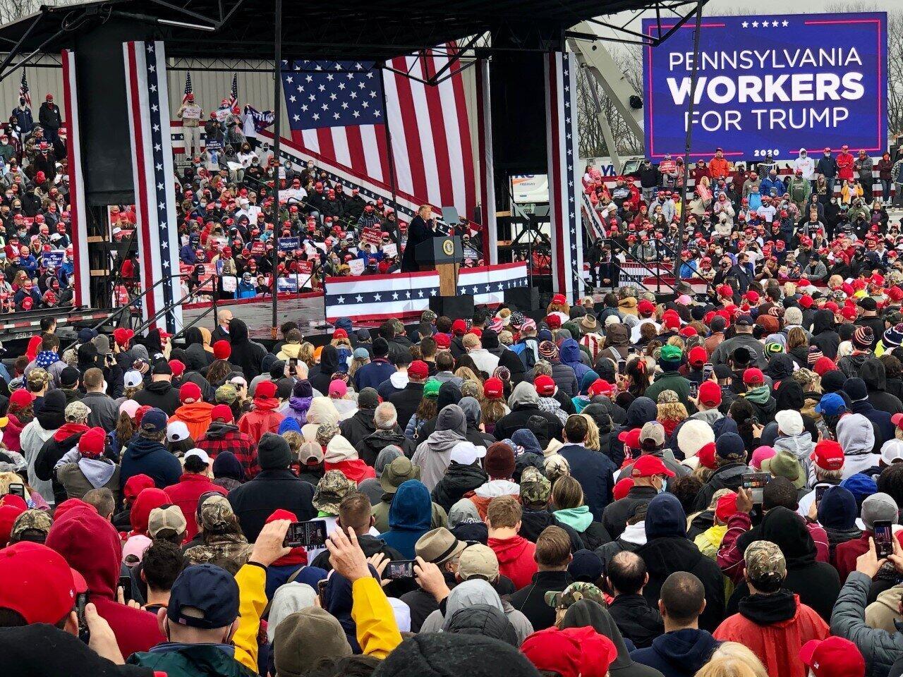 ペンシルベニア州アレンタウンで開かれた支持者の集会で演説するトランプ氏(2020年10月、筆者撮影)