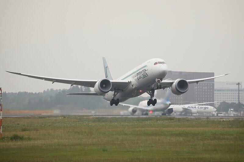 中長距離格安航空会社(LCC)の「ZIPAIR(ジップエア)」は3路線目となる成田-ホノルル線の就航を発表した。日本航空(JAL)で飛んでいたボーイング787-8型機を利用している(2020年6月撮影)