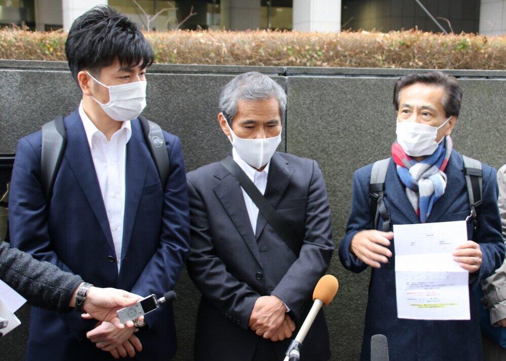 代理人の髙橋正人弁護士(右)と松永さん、上原さん
