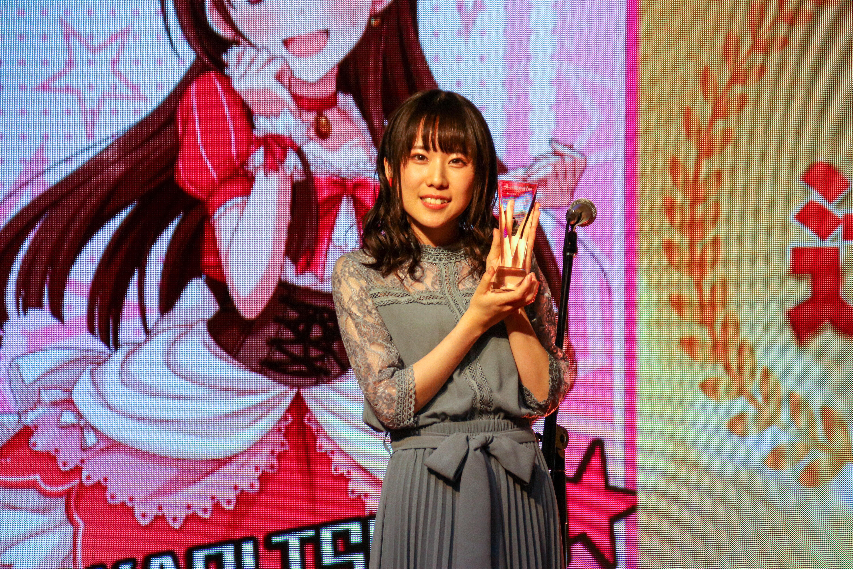 演じる声優の梅澤めぐさんは、キャラクターを意識して、耳には赤いりんごのイヤリング、首元にはキラキラ輝くりんごのブローチを着用して表彰式に臨んだ。
