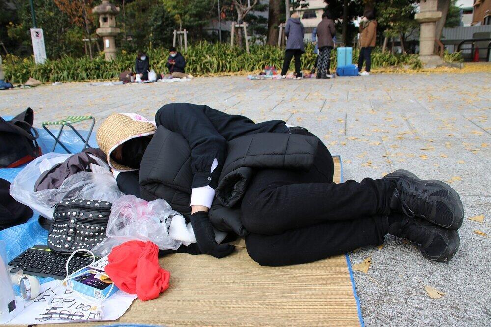 寝そべりながらインタビューに答える後藤輝樹さん