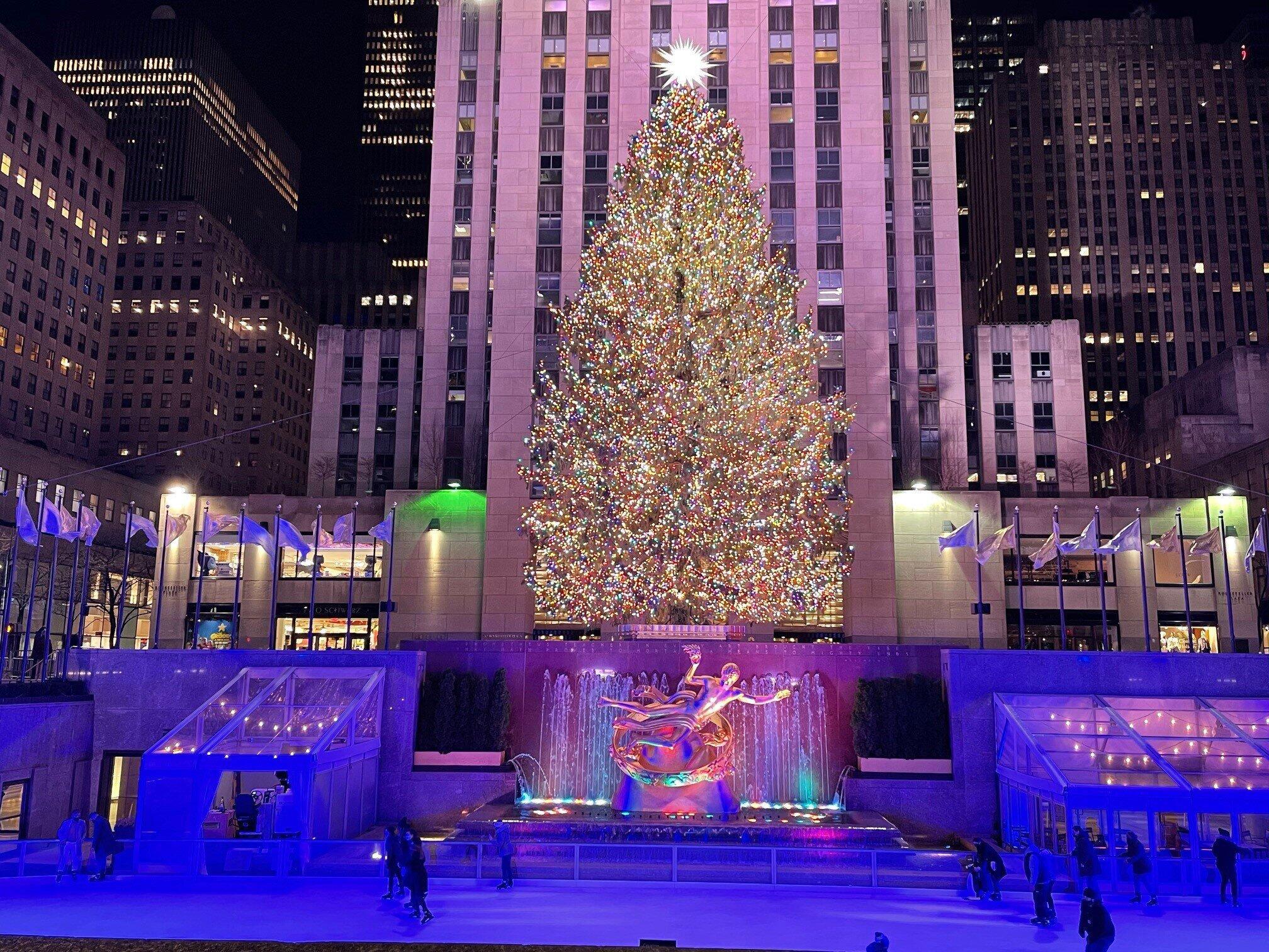 毎年恒例のニューヨーク・ロックフェラーセンターに置かれた巨大クリスマスツリー(2020年12月、筆者撮影)