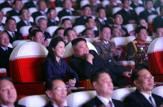 「光明星節記念公演」を観覧する金正恩総書記と李雪主夫人。配信された写真では誰もマスクをつけておらず、客席も「密」な状態だ(写真は労働新聞から)