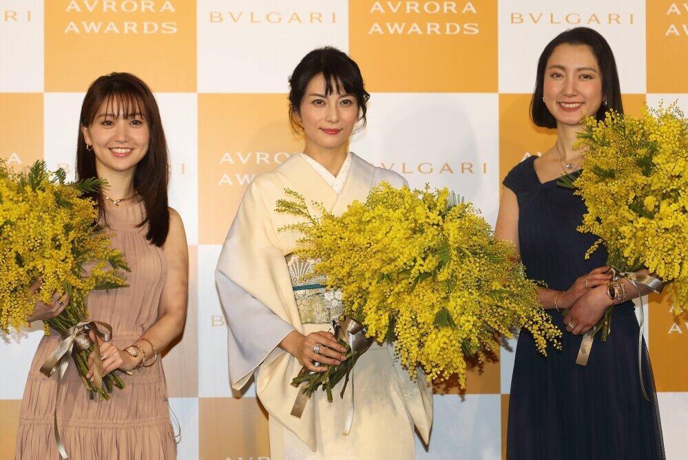 左から大島優子さん、柴咲コウさん、伊藤詩織さん。国際女性デーにちなんで、ミモザの花束を手に写真撮影に臨んだ