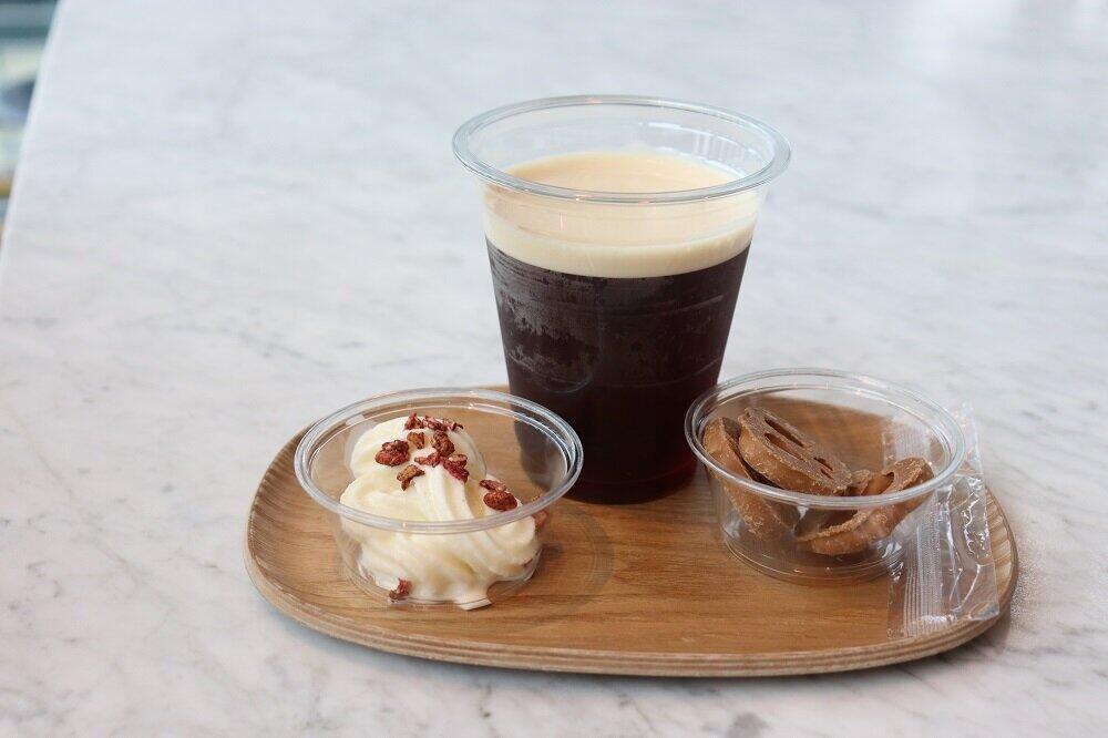 スタッフのおすすめ、ソフトクリームとナイトロコーヒー。客から一番人気のスナック「プレッツェルピーナッツバター」