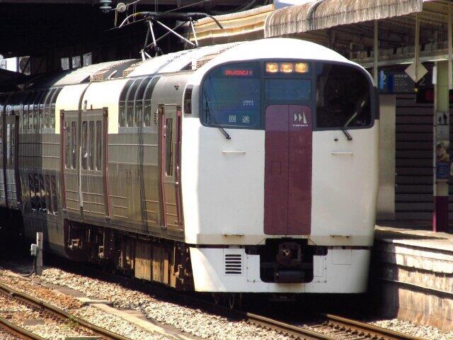 なぜゴージャス2階建て列車は「ニートレイン」と揶揄されたのか 定期運行終わるJR「215系」の盛衰