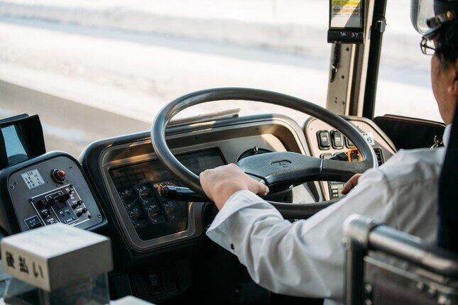 バス運転手「乗務中に漫画」告発に賛否 停車中だから問題ない?運行会社の見解は