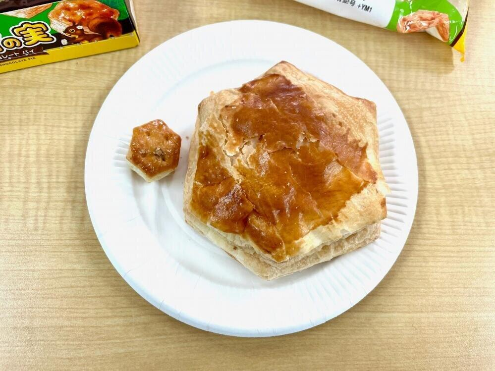 ファミマ「巨大パイの実」食べてみた 味の違いは?「本家」と比べてみると...