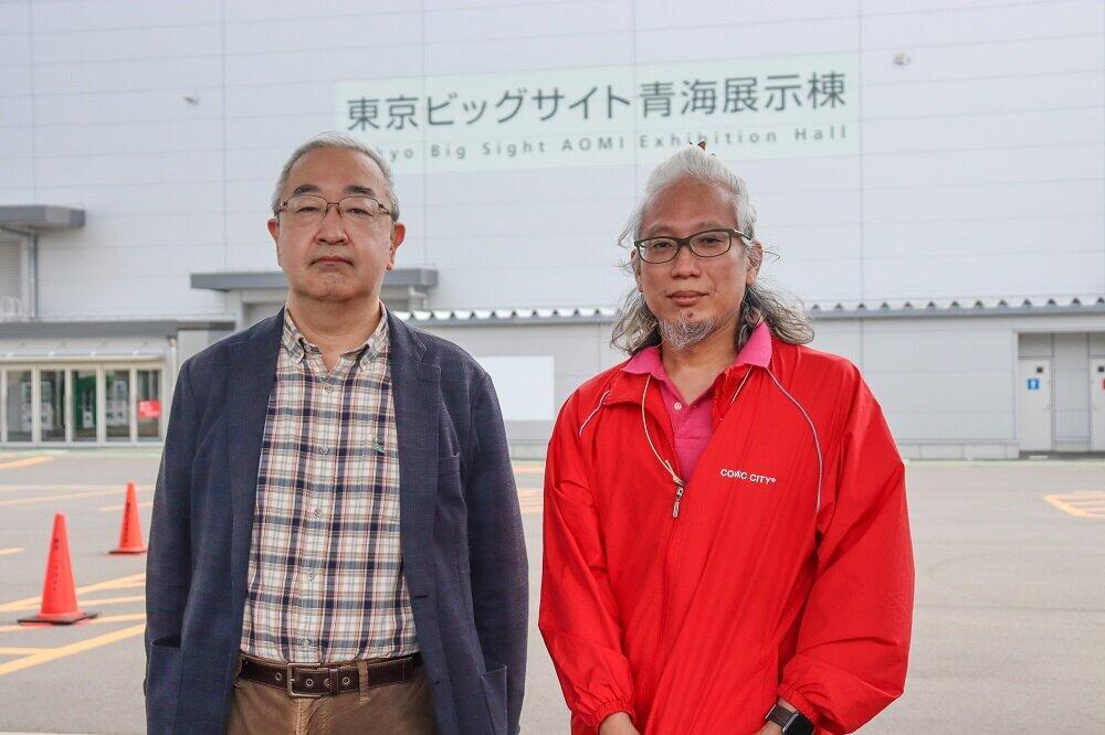 赤ブーブー通信社代表の赤桐弦さん(右)と、応援に駆け付けたコミティア代表の中村公彦さん(左)