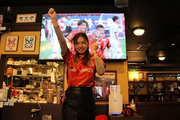 ピクシーは意識した? 国内外で大反響、名古屋サポ「ガッツポーズお姉さん」が明かした「あの瞬間」