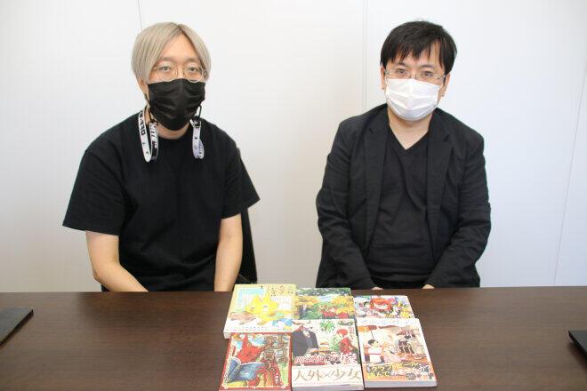 マッグガーデンの取締役社長である飯田義弘さん(右)と看板作品「魔法使いの嫁」担当編集の新福恭平さん(左)
