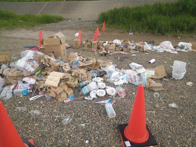 大量に放置されたゴミなど(写真は、しもしも@stdxxsEDYRwfr9jさん提供)