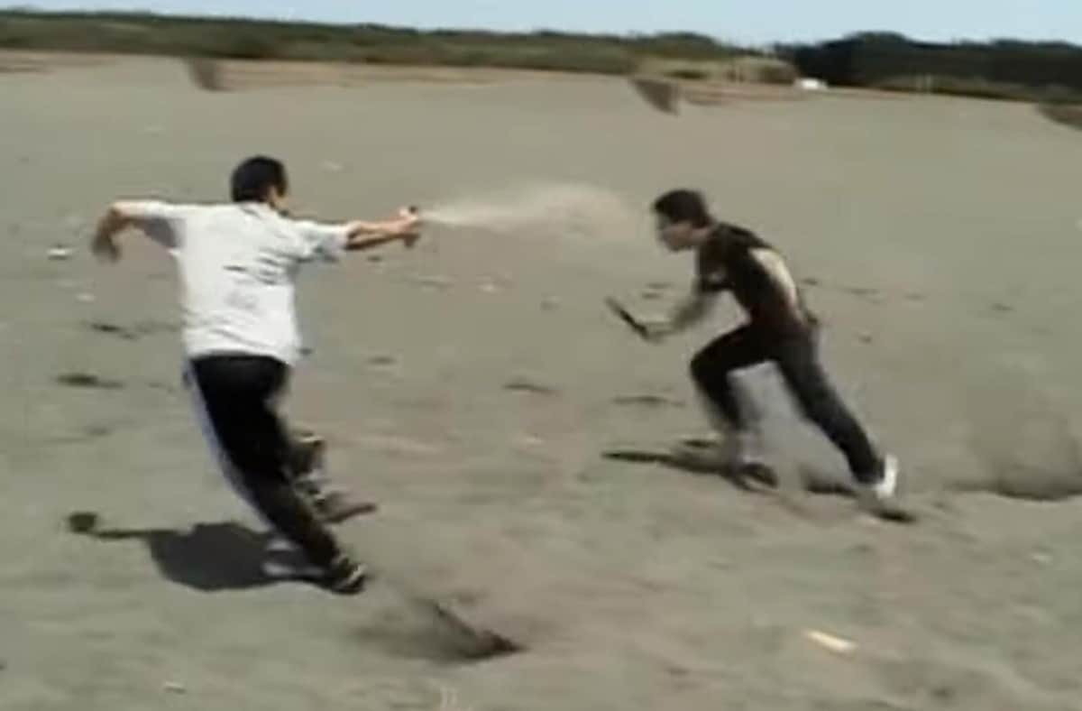 催涙スプレーでナイフ男「撃退」、緊迫動画がSNSで反響 防犯のプロが本気で検証