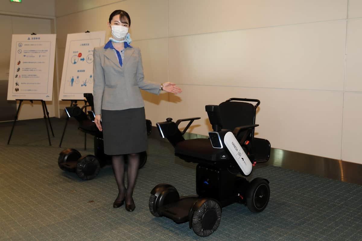羽田空港「自動運転車いす」続々導入 タッチで簡単操作「もっと飛行機が利用しやすく」ANAも期待