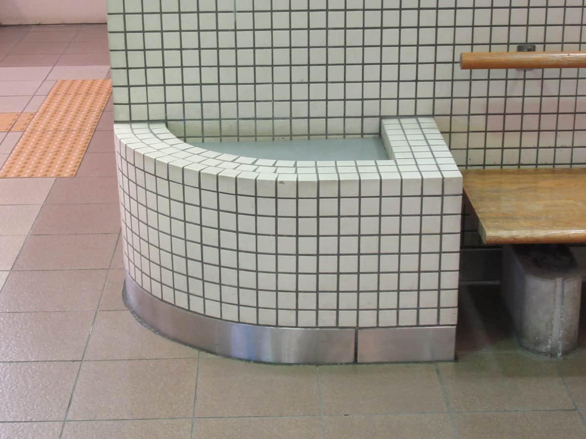 ベンチの脇にも同じ目的で作られたと思われるスペースが