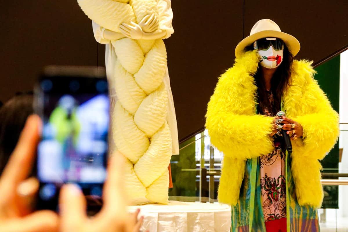派手な衣装でイベントに登場した岸本さん(2021年6月28日)